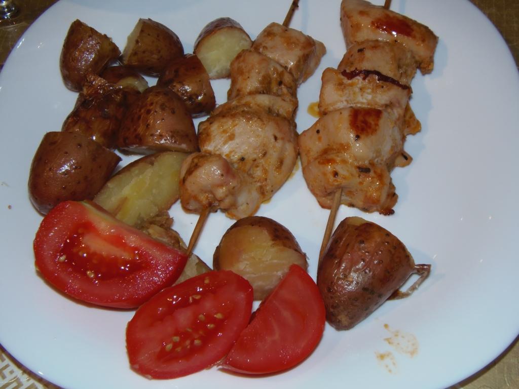 Fűszeres saslik héjában sült burgonyával